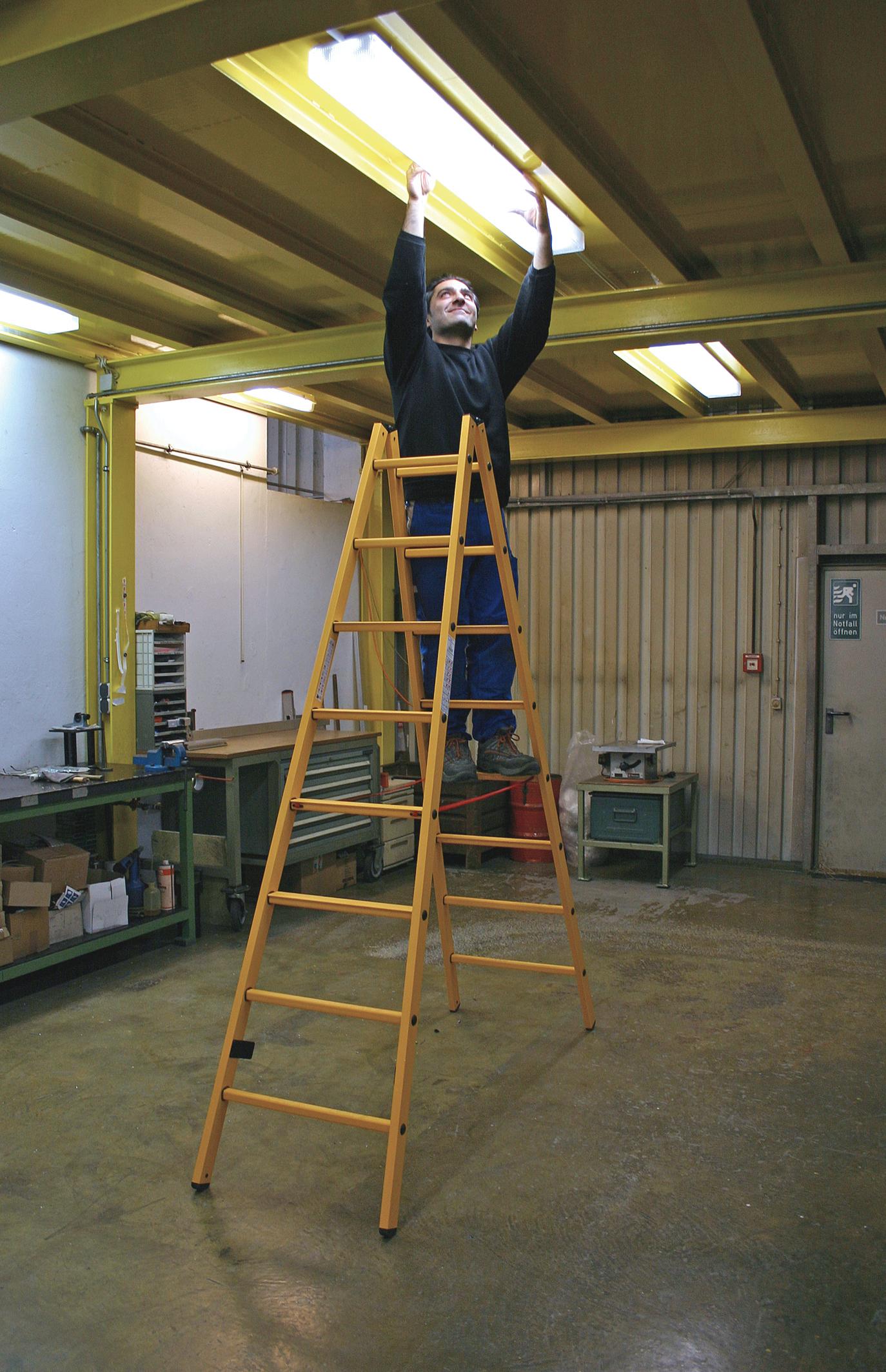 Диэлектрическая двухсторонняя лестница-стремянка с перекладинами
